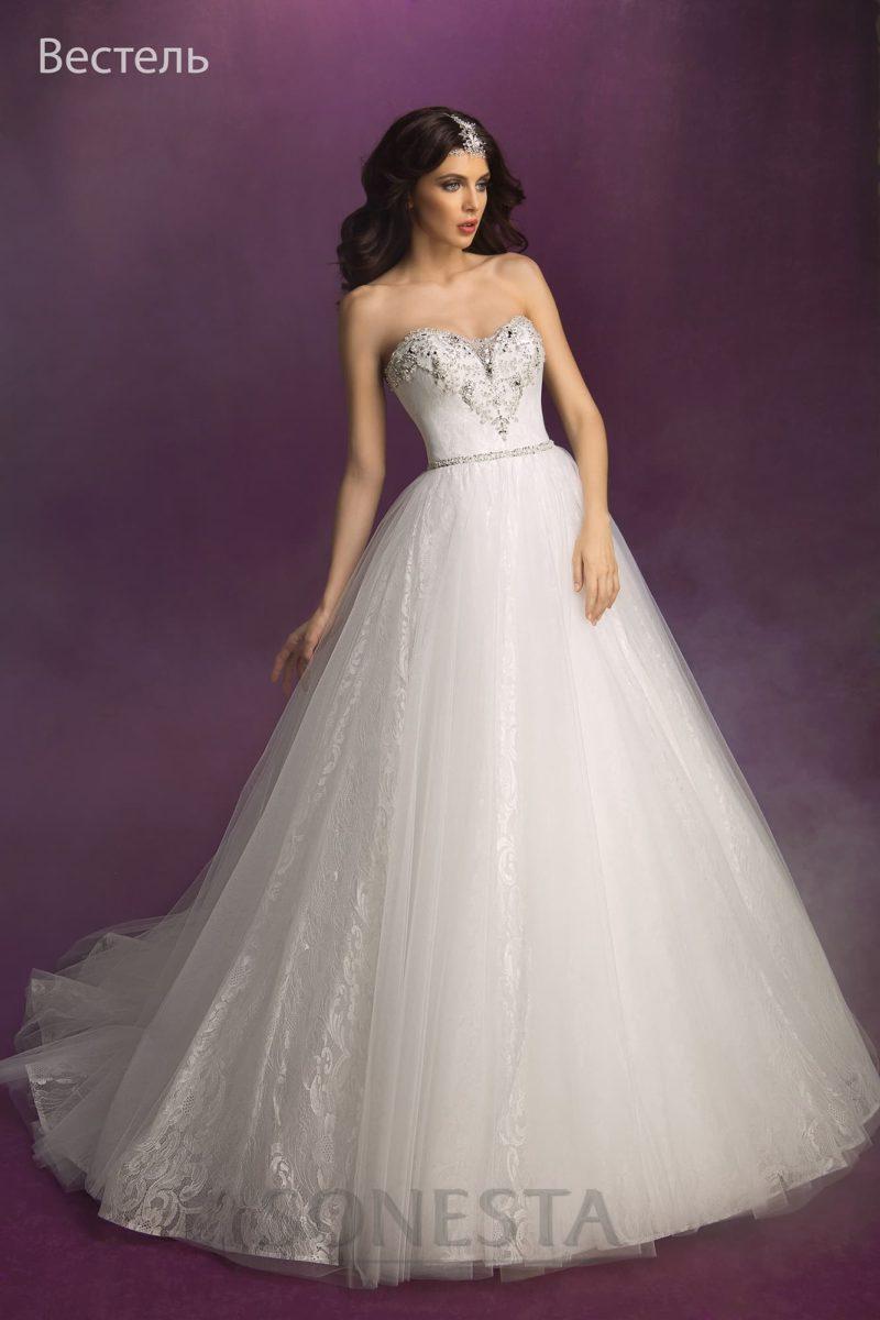 Пышное свадебное платье с открытым атласным корсетом, покрытым бисерной вышивкой.