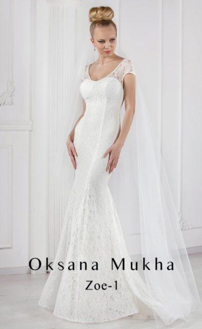 Облегающее свадебное платье с очаровательным декольте и широкими бретелями.