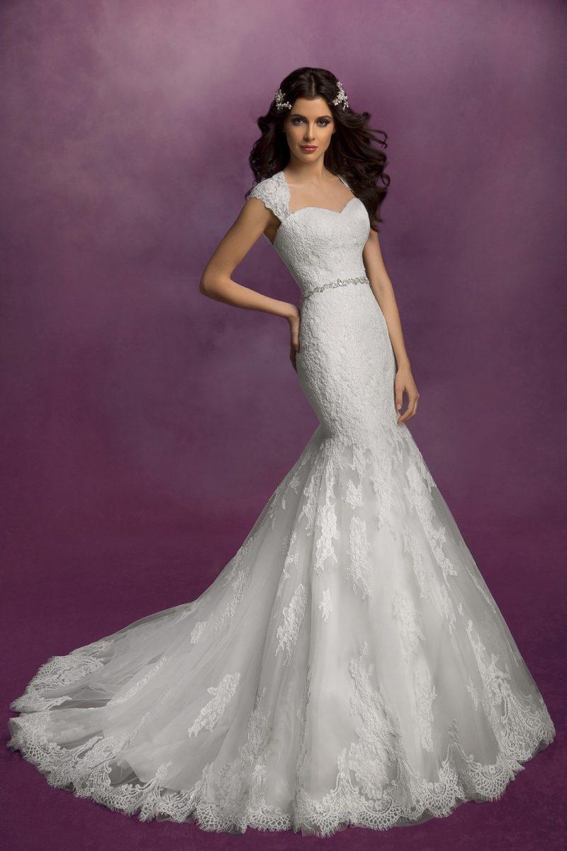 Свадебное платье «рыбка» с узким сверкающим поясом и широкими кружевными бретелями.