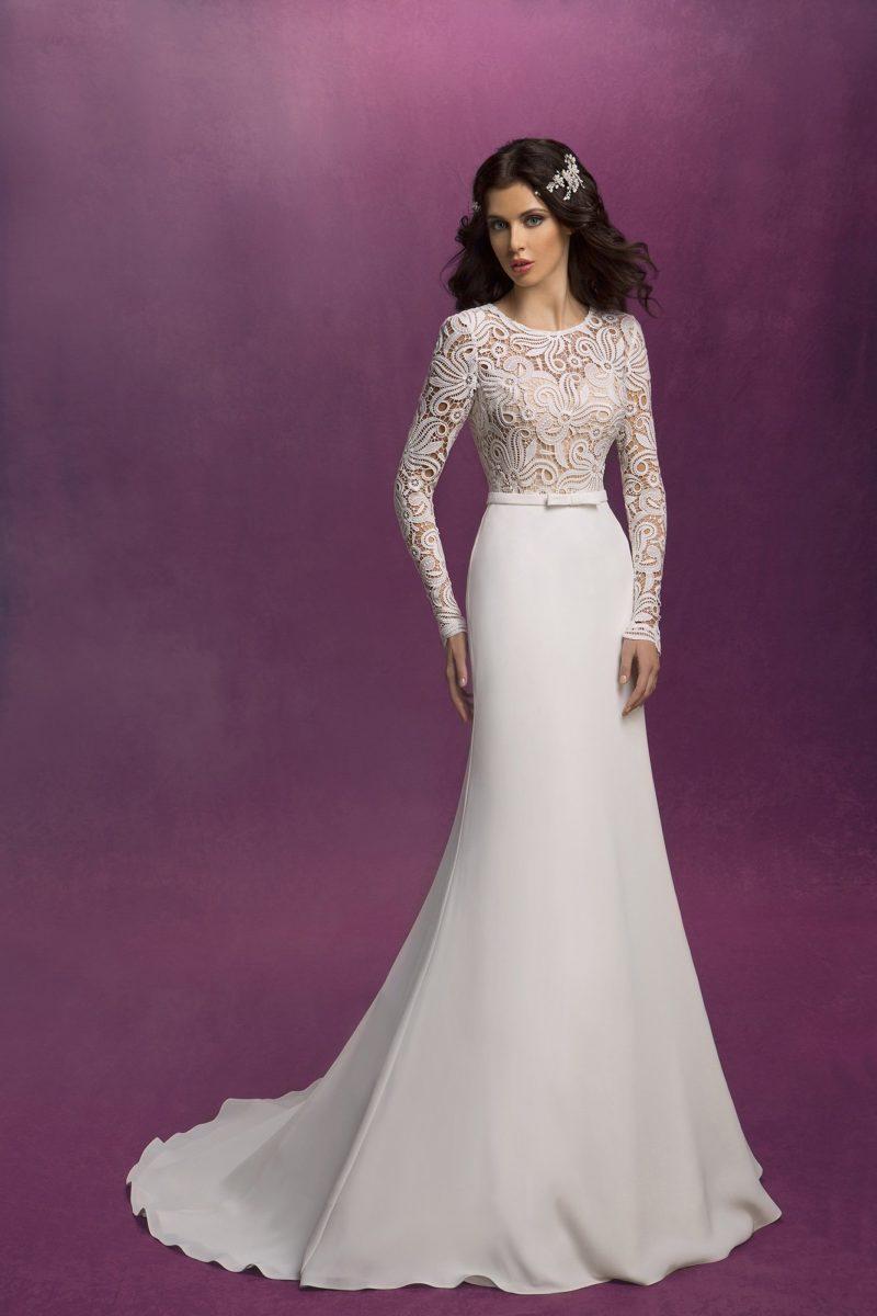 Сдержанное свадебное платье «русалка» с верхом, оформленным выразительной кружевной тканью.