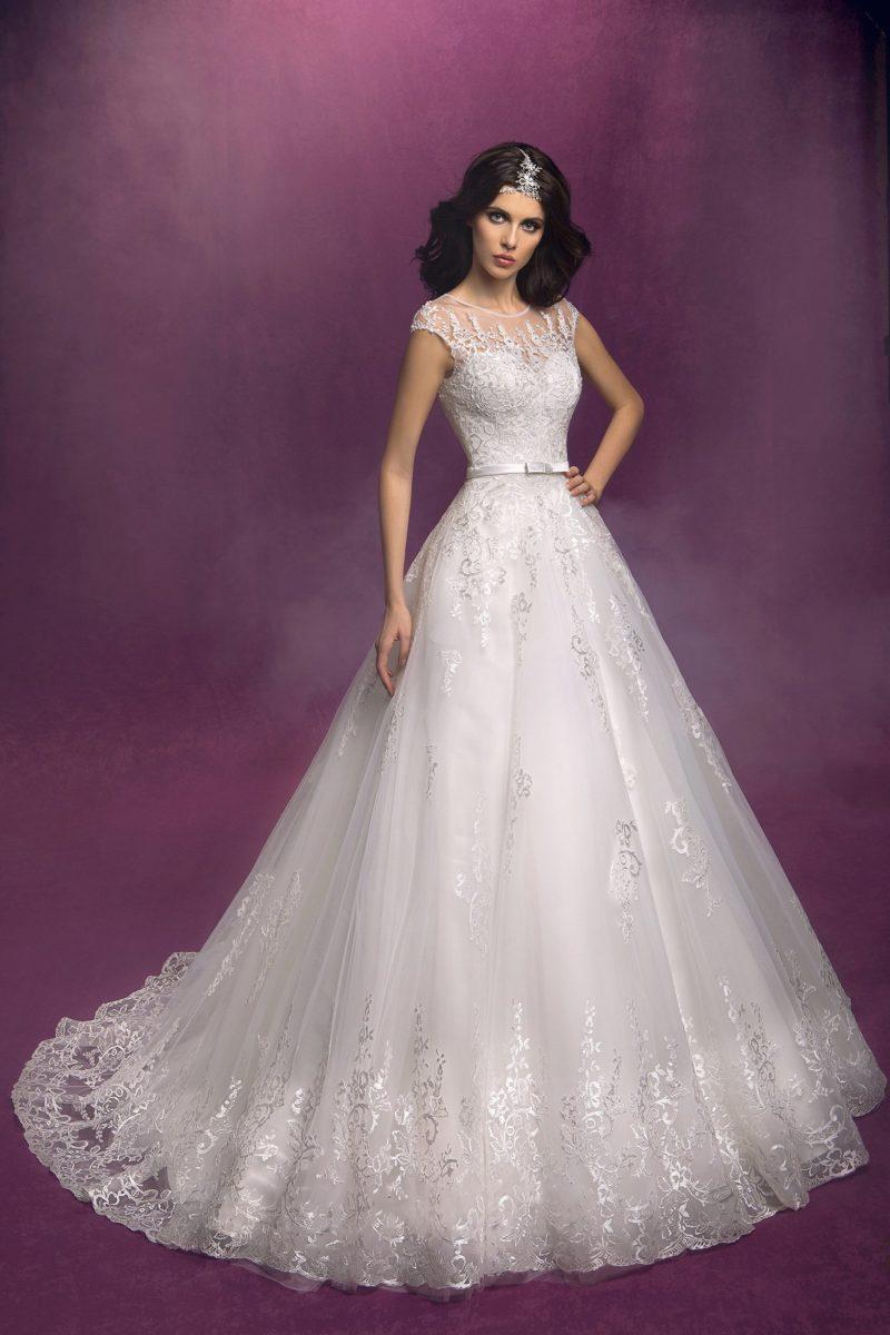 Закрытое свадебное платье пышного кроя «принцесса» с полупрозрачными длинными рукавами.