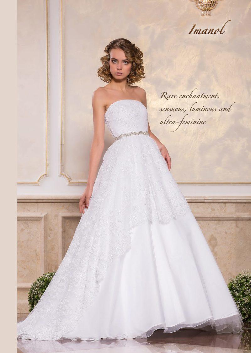 Пышное свадебное платье с кружевным декором и лифом прямого кроя.