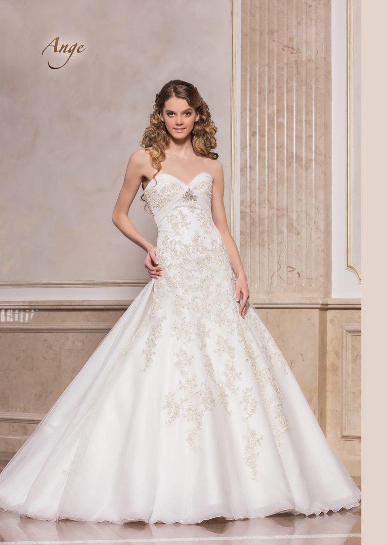 Открытое свадебное платье «принцесса» с заниженной талией и кружевным декором.