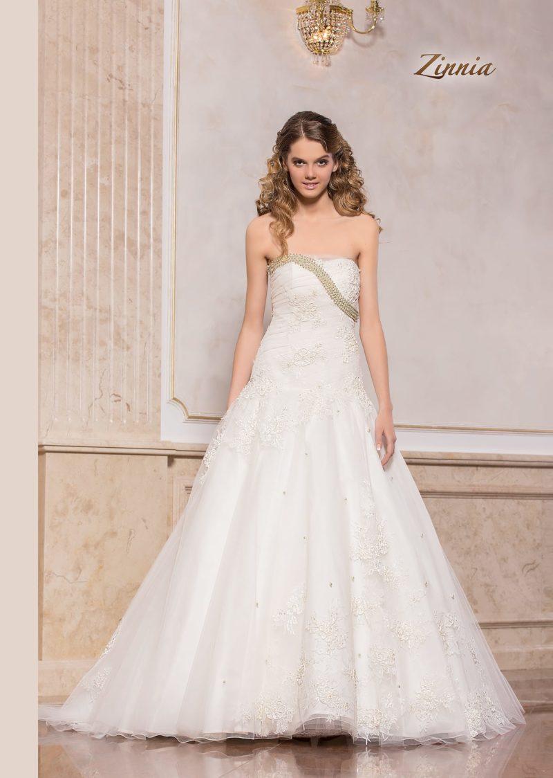 Пышное свадебное платье с кружевным верхом и бисерной вышивкой по лифу.