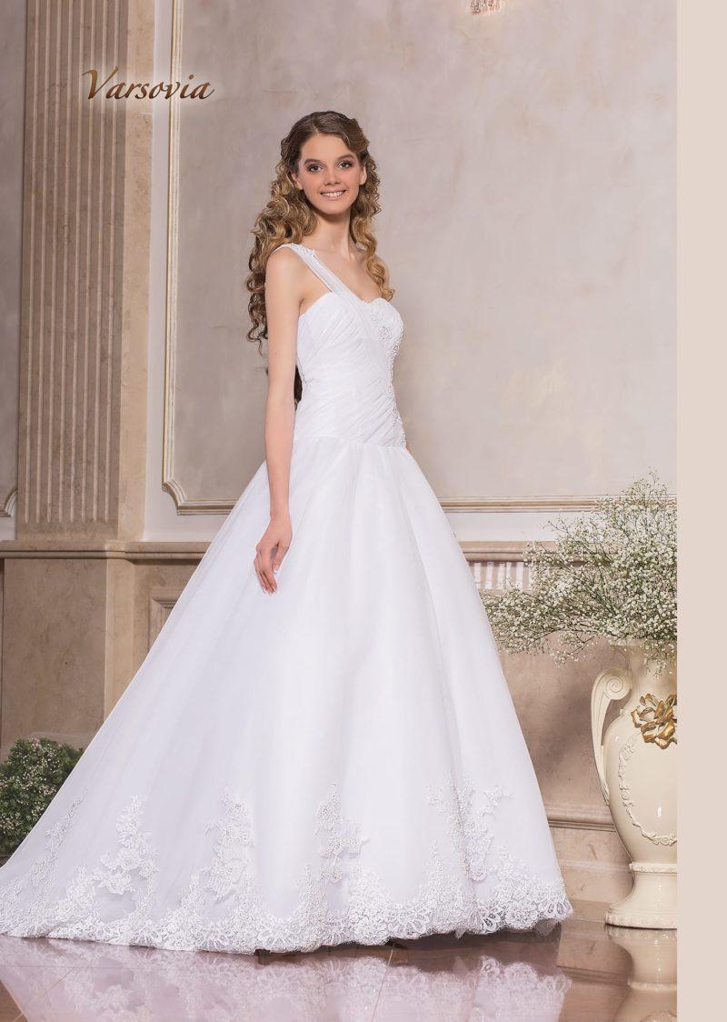Пышное свадебное платье с асимметричным лифом, украшенным драпировками.