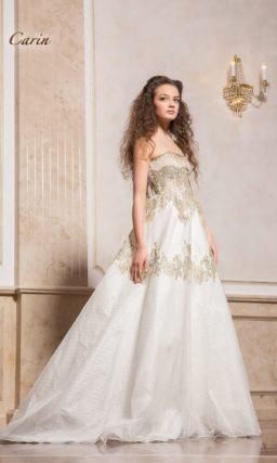 Закрытое свадебное платье с потрясающей золотистой отделкой.