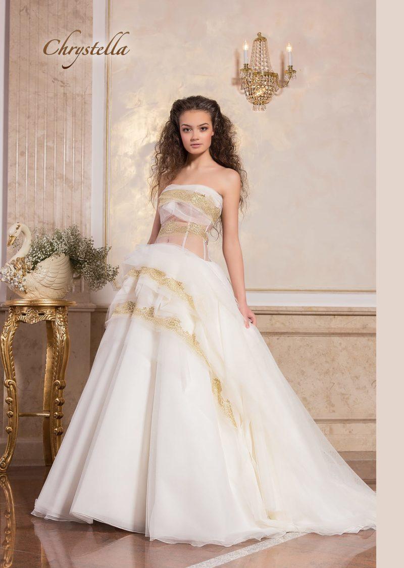 Пышное свадебное платье с полупрозрачным корсетом и золотым декором.