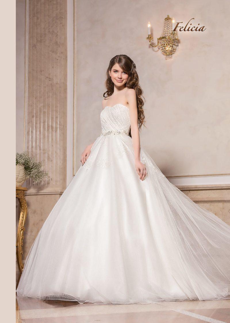 Воздушное свадебное платье пышного кроя с открытым корсетом.