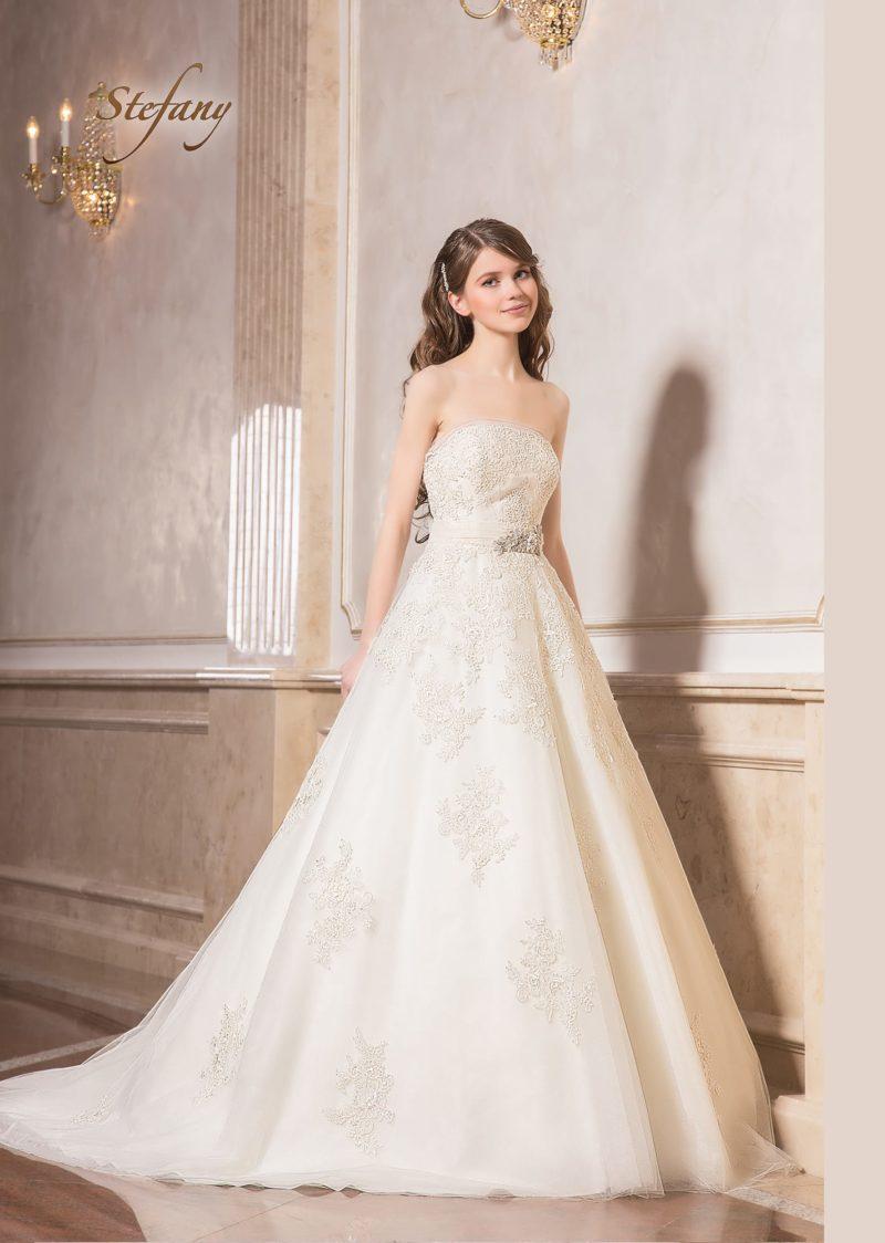 Пышное свадебное платье с открытым кружевным корсетом и стильным поясом.