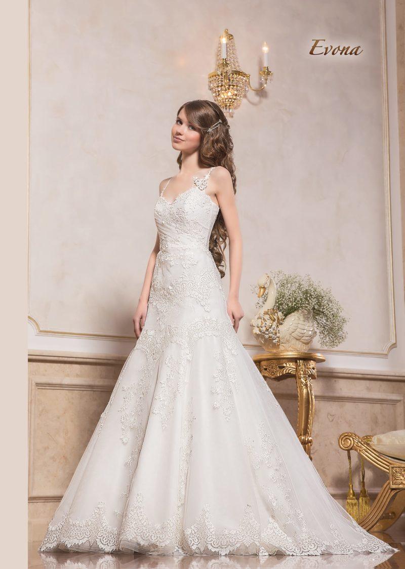 Кружевное свадебное платье силуэта «принцесса» с узкими бретельками.