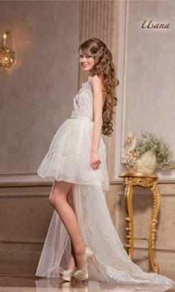 Короткое свадебное платье с полупрозрачной верхней юбкой и шлейфом.
