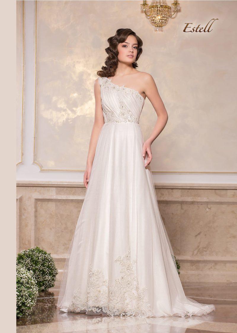 Стильное свадебное платье «принцесса» с асимметричным лифом и глянцевой юбкой.