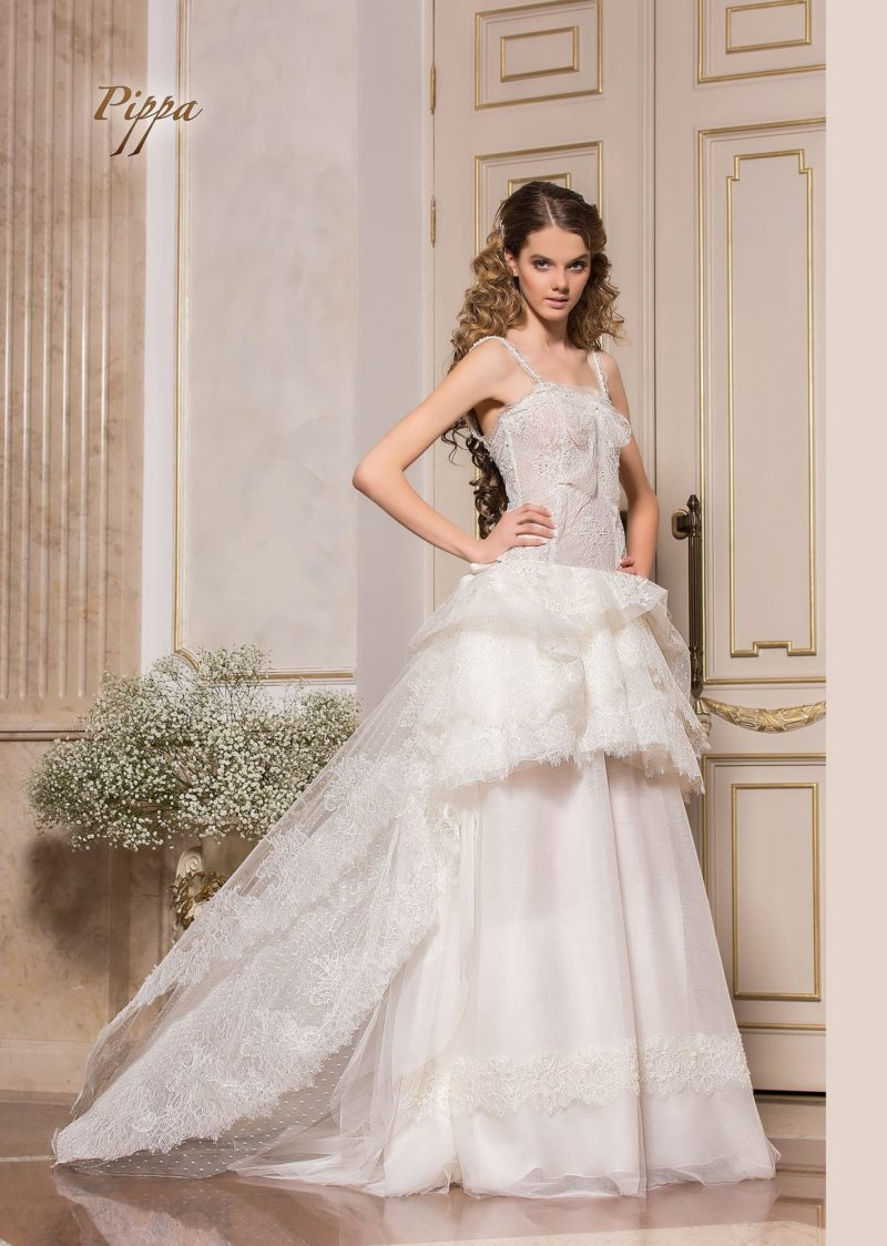 Свадебное платье-трансформер со съемной юбкой и открытым лифом.