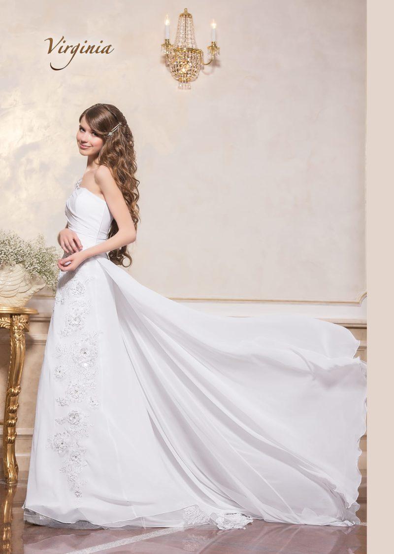 Романтичное свадебное платье с вышивкой и длинным шифоновым шлейфом.