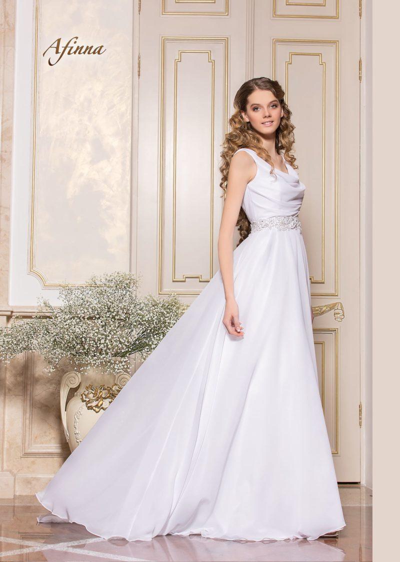 Изящное свадебное платье прямого кроя с лифом, покрытым драпировками.