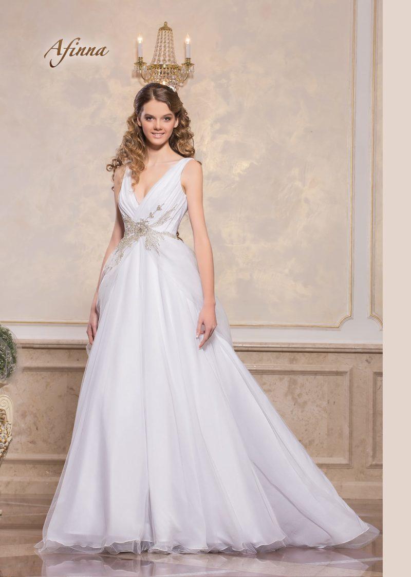 Свадебное платье «принцесса» с V-образным вырезом и бисерным декором.