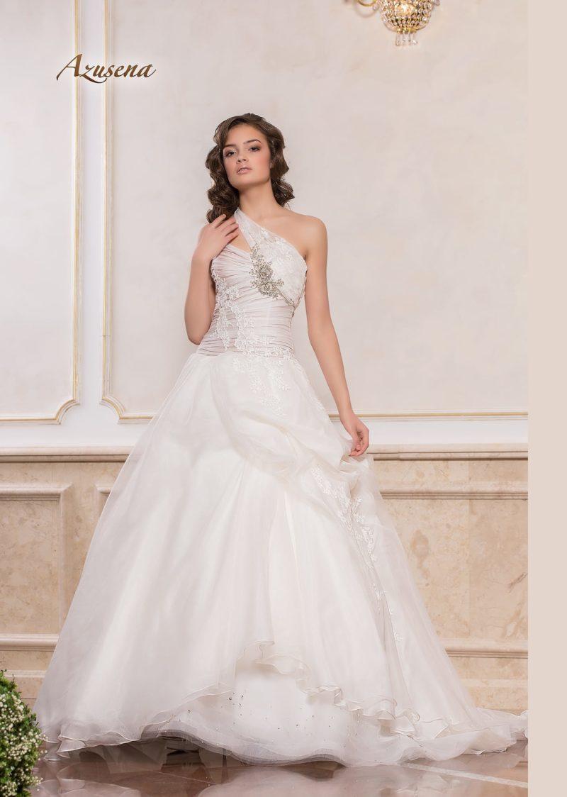 Пышное свадебное платье с асимметричным лифом и бисерной отделкой.