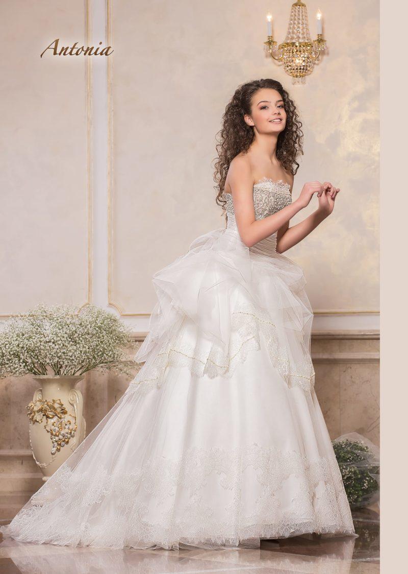 Открытое свадебное платье с сияющим корсетом и пышной юбкой.