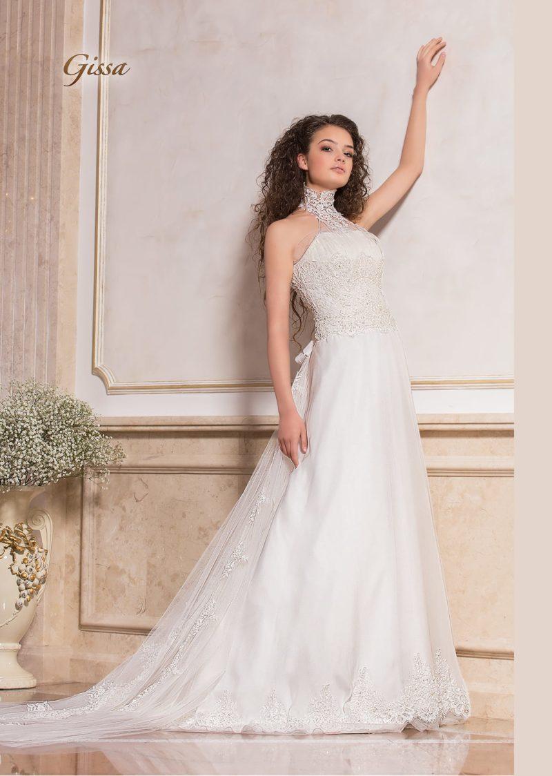 Свадебное платье с американской проймой и оригинальным многослойным шлейфом.