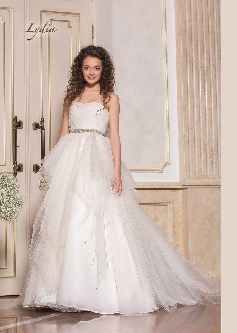 Романтичное свадебное платье с многослойной полупрозрачной юбкой.