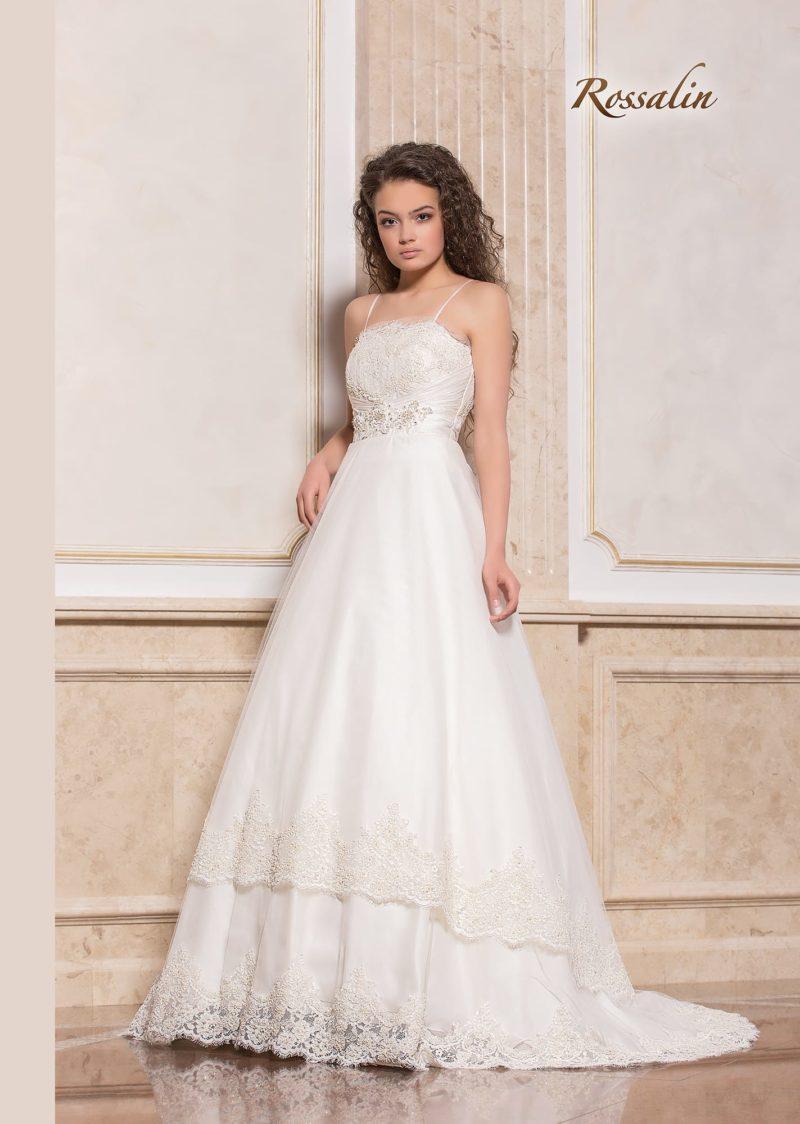 Свадебное платье с классической юбкой «принцесса» и узкими бретелями.