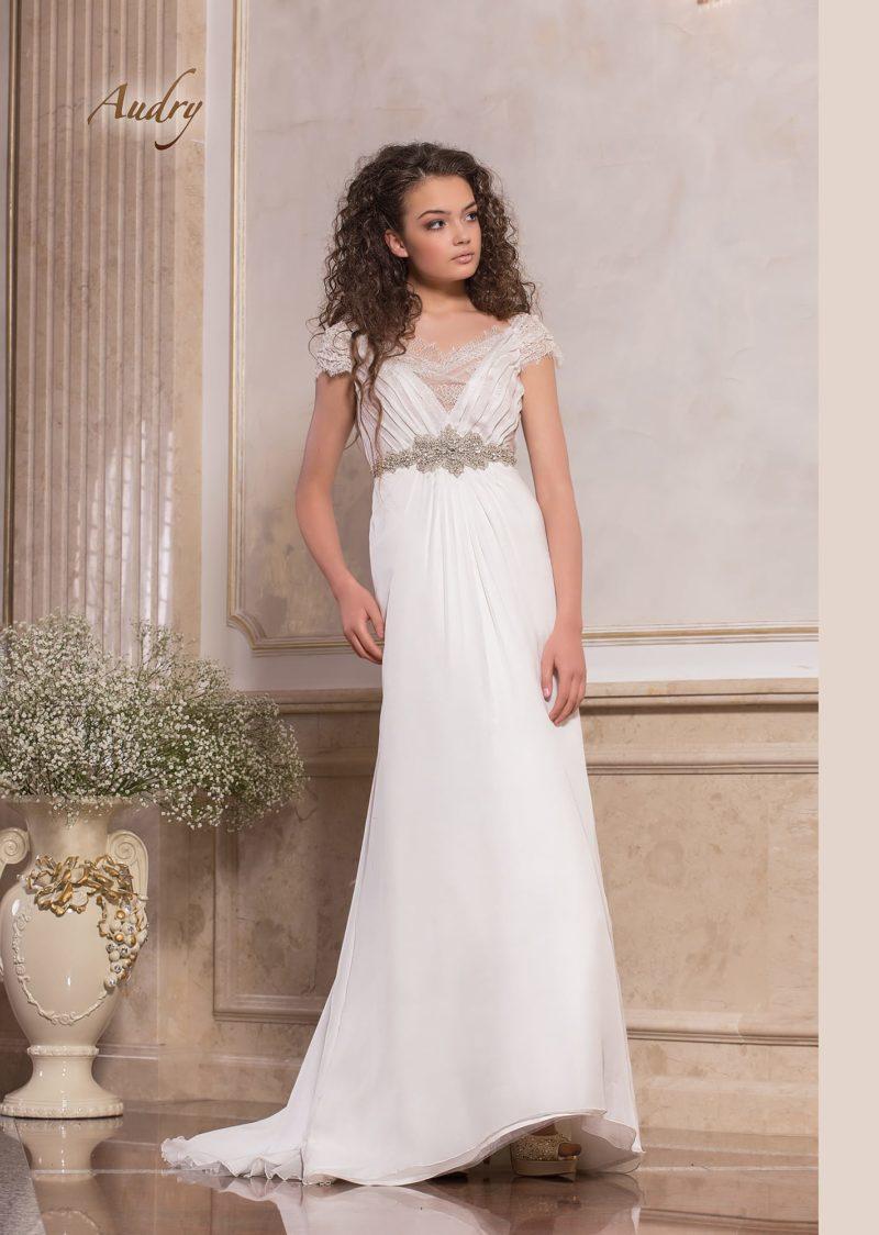 Ампирное свадебное платье с коротким рукавом и серебристым бисерным поясом.