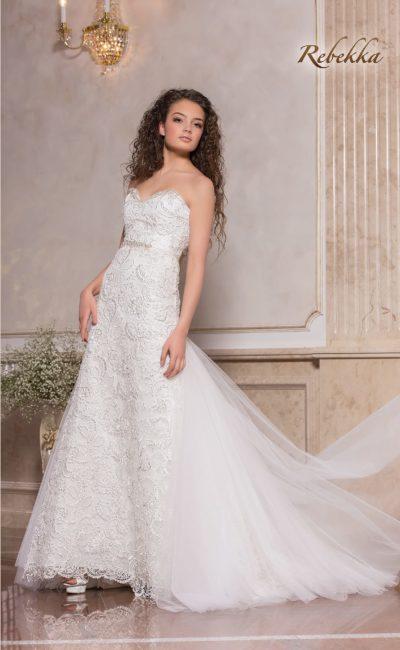 Фактурное свадебное платье с лифом-сердечком и пышным шлейфом.