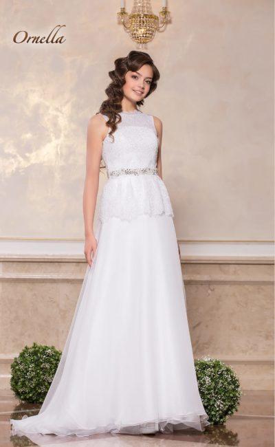 Закрытое свадебное платье А-кроя с короткой кружевной баской.
