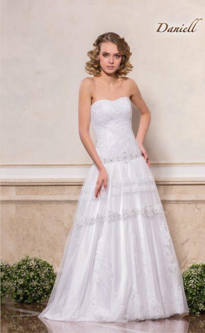 Свадебное платье с лифом в форме сердца и многослойной юбкой.