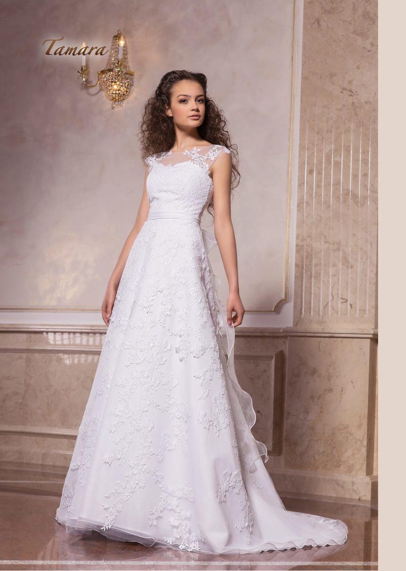 Кружевное свадебное платье А-силуэта с коротким рукавом и вырезом под горло.