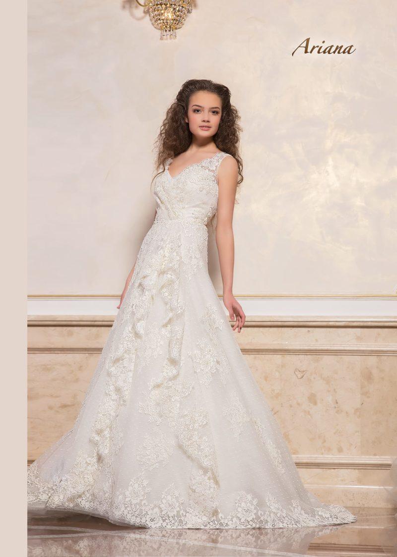 Фактурное свадебное платье с изящным V-образным вырезом и юбкой А-кроя.