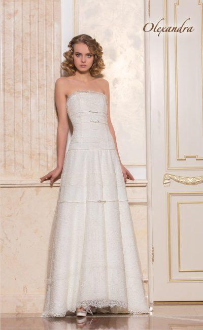 Прямое свадебное платье с открытым декольте и необычной отделкой.