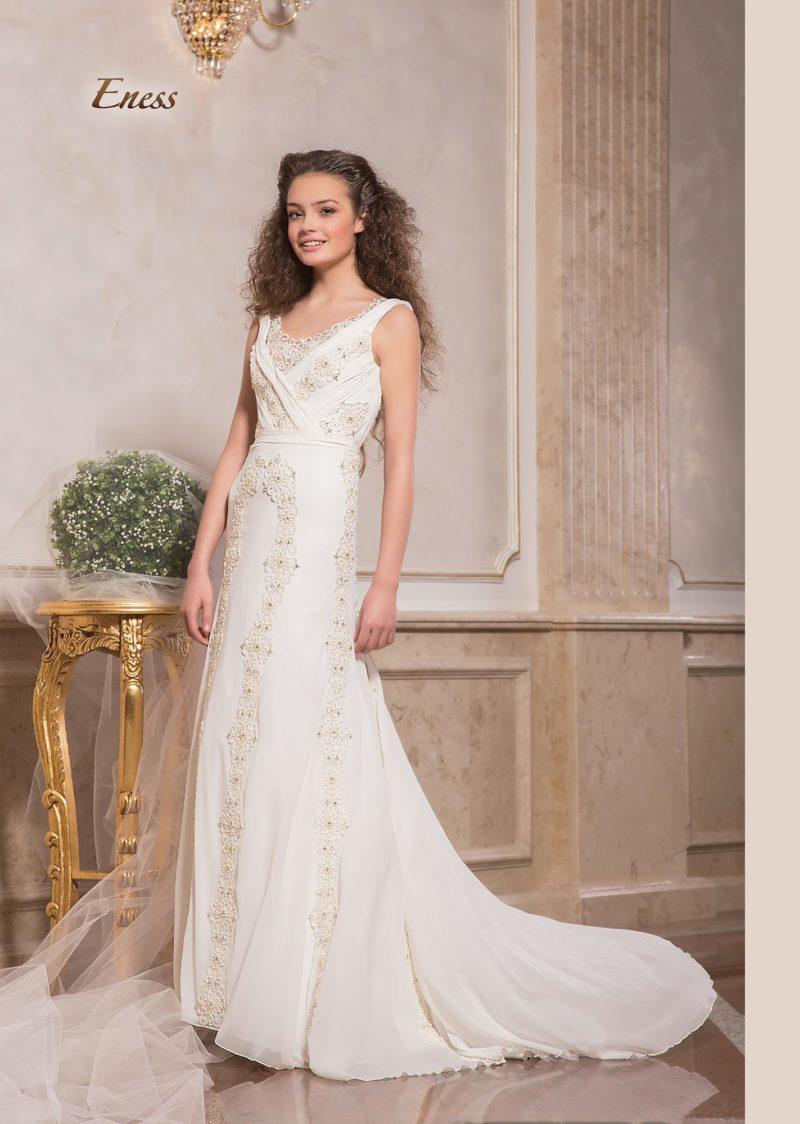 Стильное свадебное платье прямого кроя с завышенной линией талии.