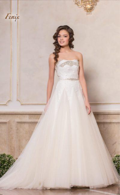 Свадебное платье А-кроя с оригинальным открытым лифом, украшенным кружевом.