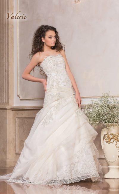 Открытое свадебное платье с силуэтом «принцесса» и фактурным декором.