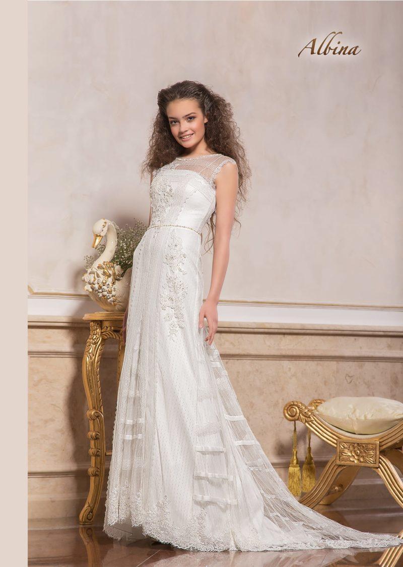 Прямое свадебное платье с закрытым лифом и кружевной отделкой.