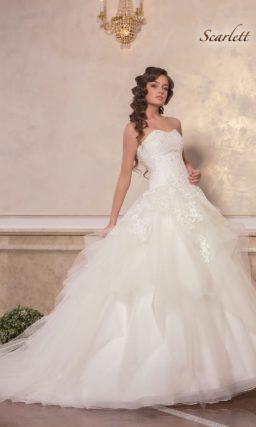 Пышное свадебное платье с элегантным декольте и кружевной отделкой.