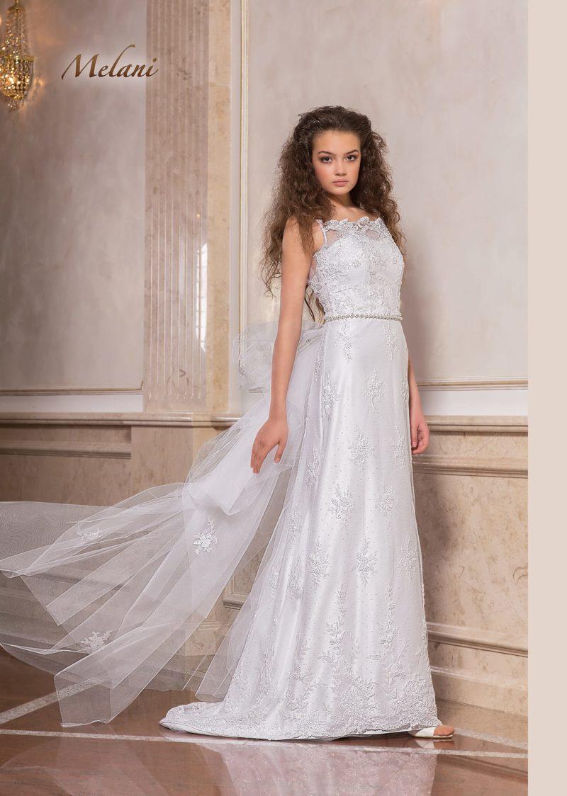 Прямое свадебное платье с отделкой фактурными кружевными аппликациями.