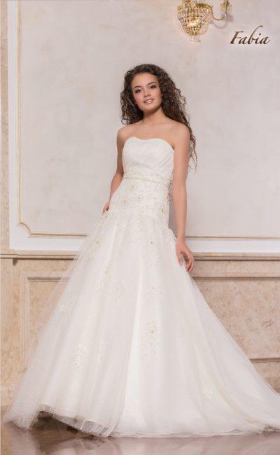 Сдержанное свадебное платье А-силуэта с женственным декольте.