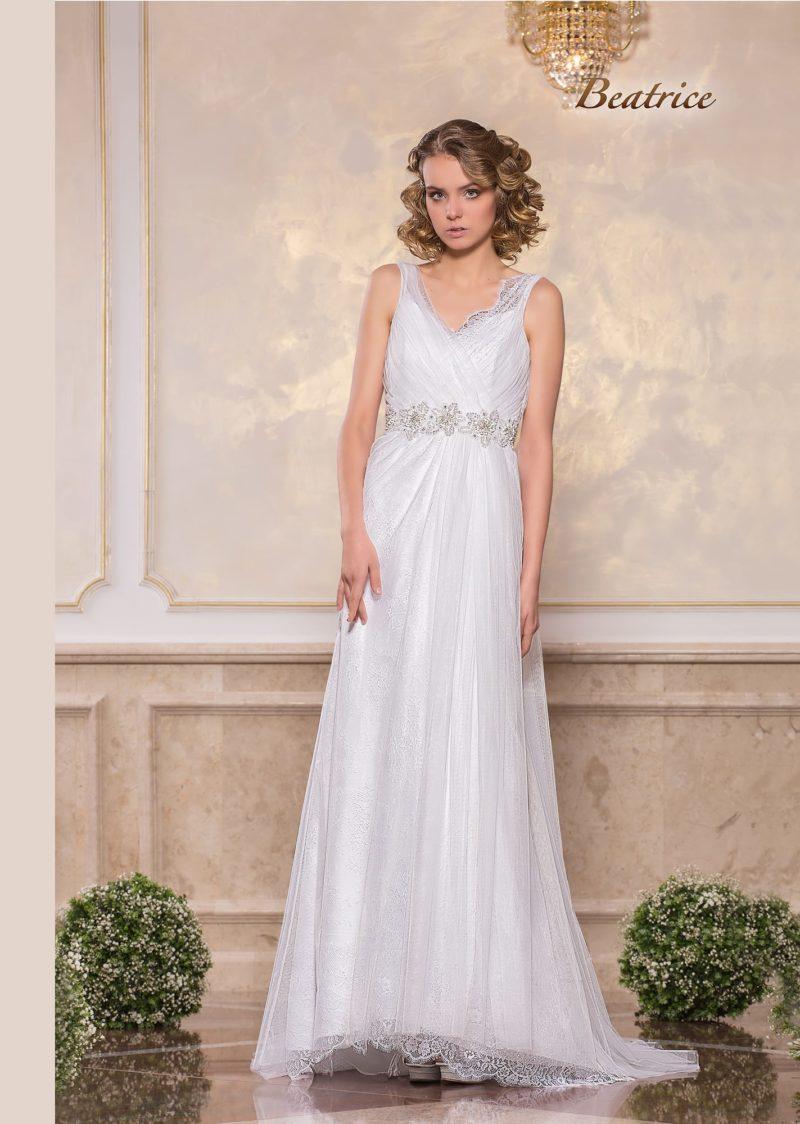 Ампирное свадебное платье с V-образным вырезом и бисерным поясом.