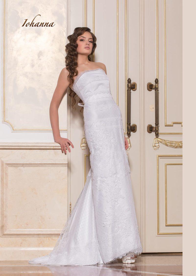Прямое свадебное платье с открытым лифом и кружевной отделкой.