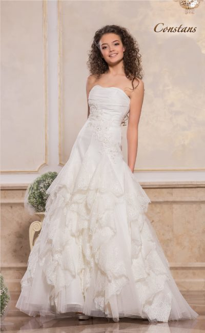 Кокетливое свадебное платье с кружевными оборками на юбке А-кроя.