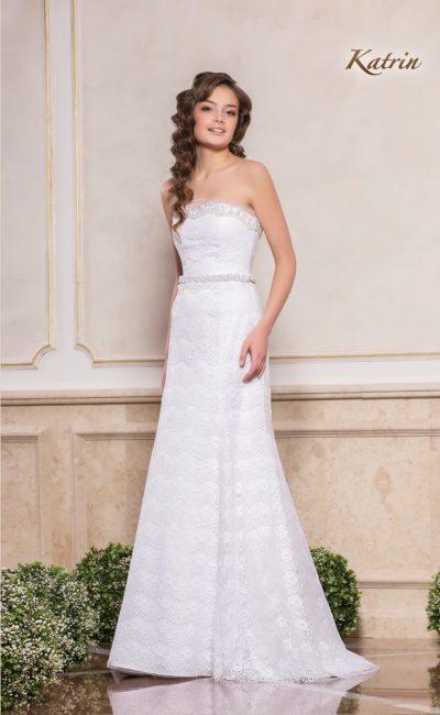 Элегантное свадебное платье с лифом прямого кроя и узким поясом.