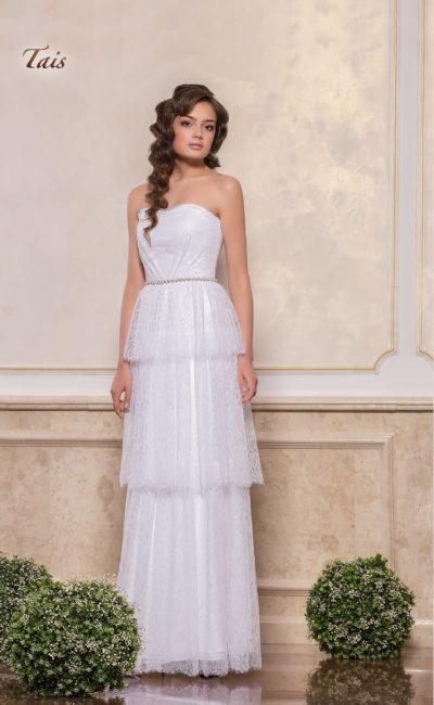 Прямое свадебное платье с многоярусной юбкой и открытым лифом-сердечком.
