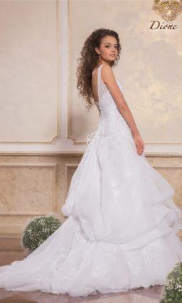 Кружевное свадебное платье с полупрозрачными бретелями и юбкой А-кроя.