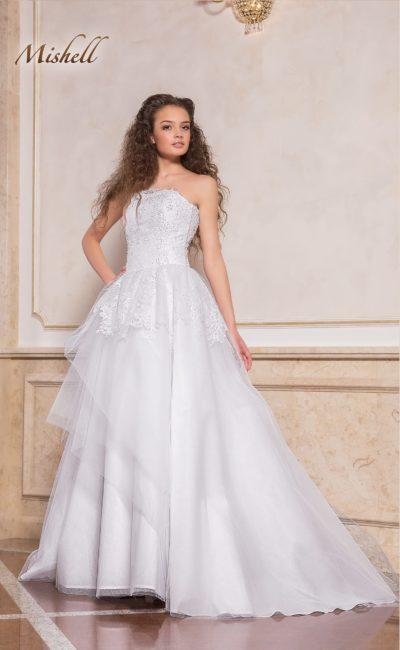 Свадебное платье с многослойной юбкой А-силуэта с длинным шлейфом.