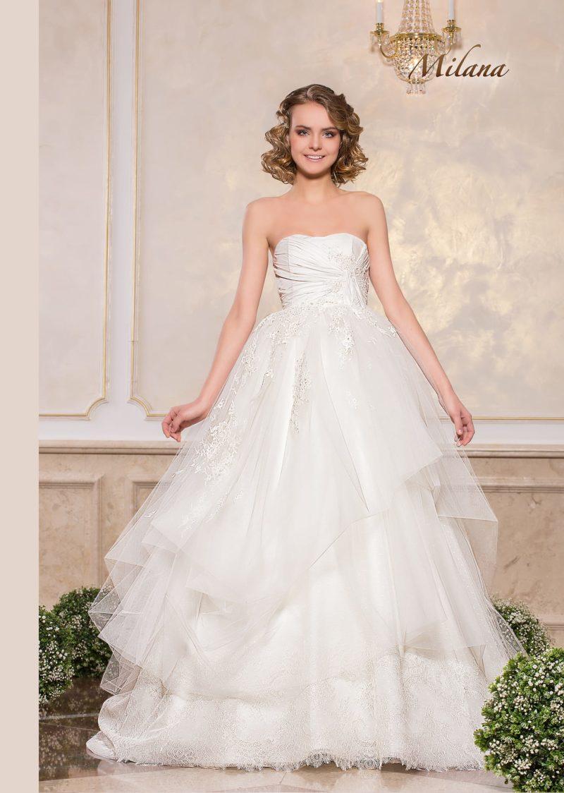 Открытое свадебное платье с драпировками на корсете и пышной юбкой.