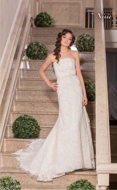 Фактурное свадебное платье прямого кроя с кружевной отделкой.