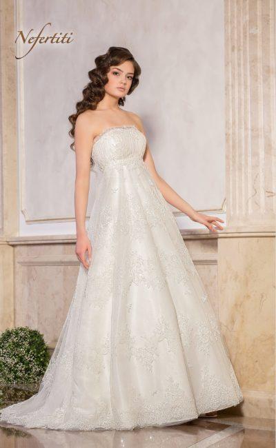 Пышное свадебное платье с завышенной талией и лифом прямого кроя.