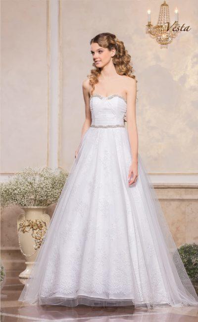 Элегантное свадебное платье с лифом в форме сердца, украшенным бисером.